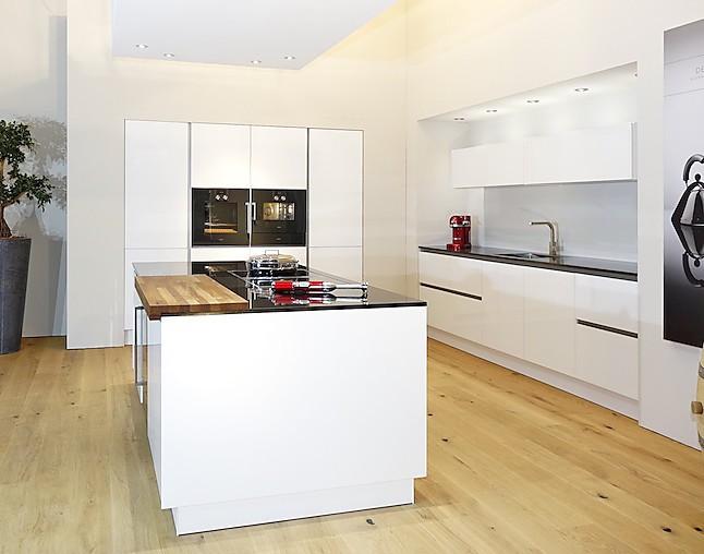 Grifflose luxus küche mit traumhaften echtglas fronten und wunderschönen naturstein arbeitsplatten in nero assoluto zimbabwe memorial