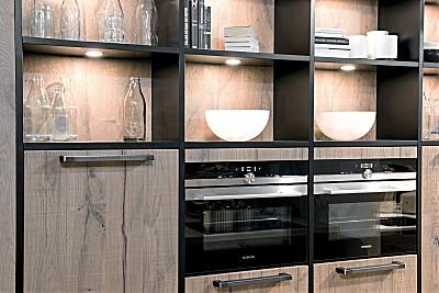 Küche mit Holzfront und Regalen