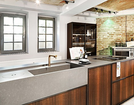 Urbane küche hochschrankzeile mit kochinsel und vitrinenschrank hausmarke daniel küchen 1 7