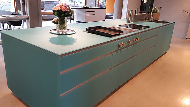valcucine musterk che moderne k cheninsel artematica glas matt in frischem aquamarin. Black Bedroom Furniture Sets. Home Design Ideas