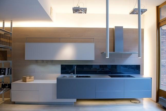 """Valcucine Musterküche RICICLANTICA moderne grau weiße Küchenzeile,""""schwebend"""" montiert"""