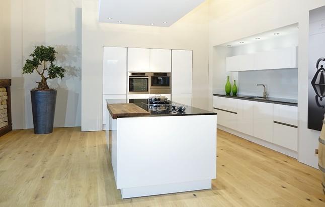 Große Kochinsel Mit Zwei Flächeninduktions Kochfeldern Und Elegantem  Weinkühler!