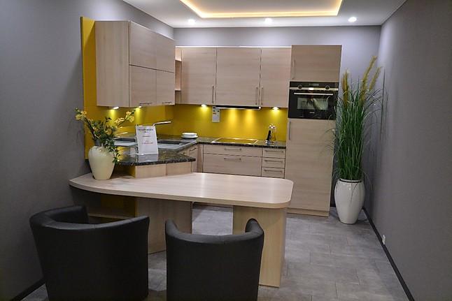 L-Küche mit Granitarbeitsplatte und Esstisch