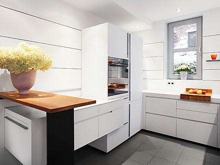Hochschränke und Sideboard der Designküche sind aus hellem Corian
