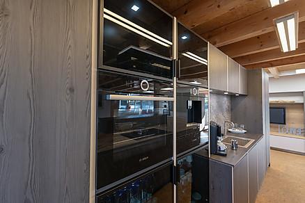 Holzküche mit modernen Geräten