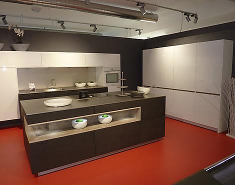 Küche mit insel und hochschrankblock remo weiß alpin ottawa rock black