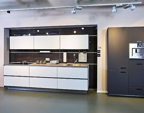 Moderne küche mit matt satinierte glasfronten nl901 902 koje 23 kh
