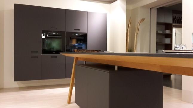 next125 musterk che extravagante einbauk che nx 902 lava schwarz ausstellungsk che in kirchheim. Black Bedroom Furniture Sets. Home Design Ideas