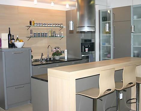 Hochwertige küche mit natursteinarbeitsplatte silvia quarz inox eiche chateau