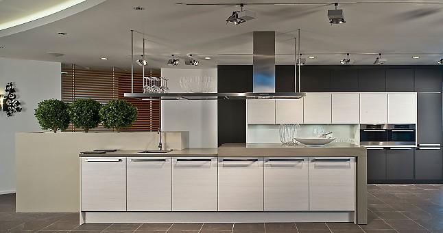 h cker musterk che pinie wei kombiniert mit mattglasfronten schwarz sowie steinarbeitsplatte. Black Bedroom Furniture Sets. Home Design Ideas
