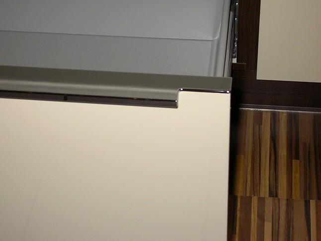 sonstige musterk che moderne k chenzeile mit lackierten hochglanzfronten ohne e ger te. Black Bedroom Furniture Sets. Home Design Ideas