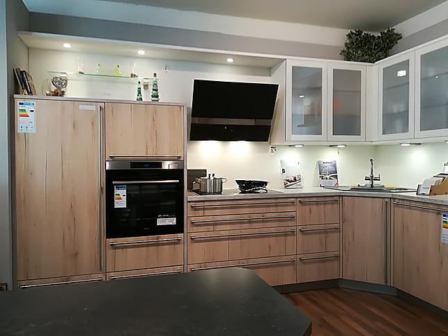 Moderne L-Küche mit Essplatz, in Eiche sand, matt weiß abgesetzt