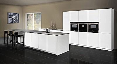 Moderne grifflose Einbauküche AZIII mit weißen Fronten und Theke
