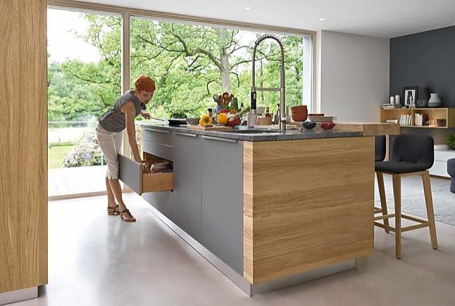 team 7 musterk che funktions k che mit gro er insel und nischenregalen ausstellungsk che in. Black Bedroom Furniture Sets. Home Design Ideas