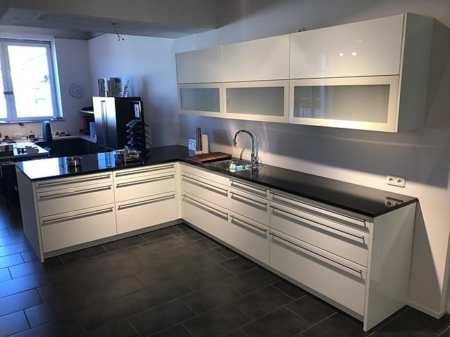 Häcker-Musterküche Weiße Hochglanz Küche mit hochwertigen E ...