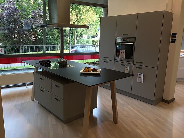 next125-Musterküche mit Mattglas-Fronten und Kochtisch ...