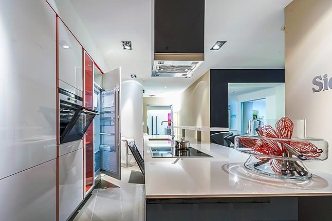 siematic musterk che moderne k che mit hochglanzfronten und k cheninsel ausstellungsk che in. Black Bedroom Furniture Sets. Home Design Ideas