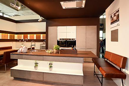 Moderne Inselküche von Möbel Kerschner in Wien