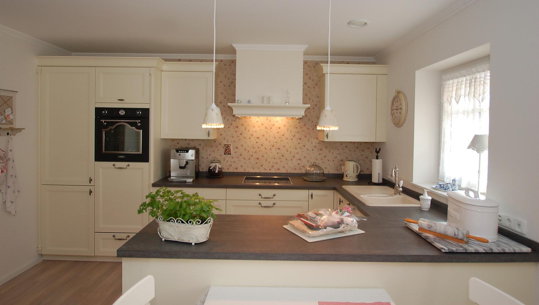 Landhausküche mit Pilaster, Kranzprofilen und Haubenkörper - Küche