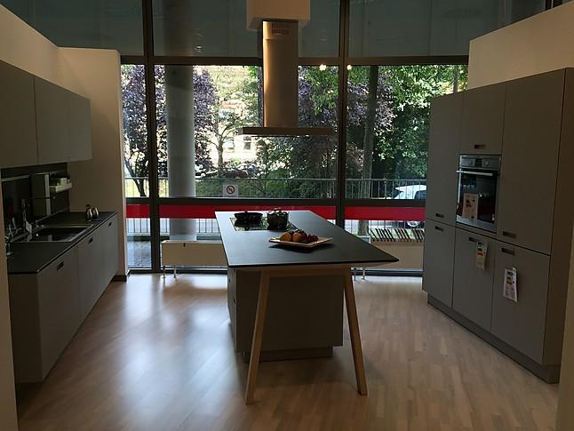 next125 musterk che mit mattglas fronten und kochtisch ausstellungsk che in freiburg von k chen. Black Bedroom Furniture Sets. Home Design Ideas
