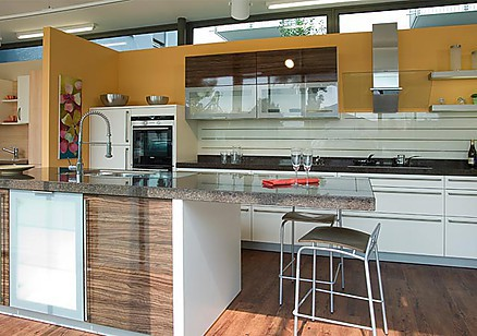 Helle und moderne Küche mit verglaster Abzugshaube