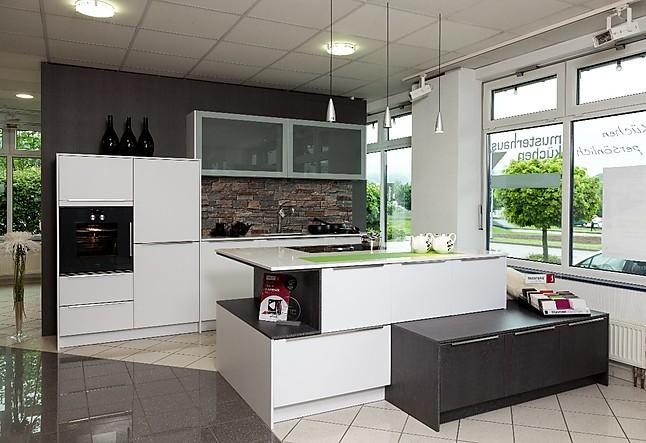 Elementa av 6000 polarweiß mattlack av 6022 silbereiche sägerau moderne küche in polarweiß mattlack mit einer kochinsel incl silestone