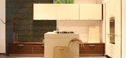 Wohnliche Küche in mit weißen Fronten, kombiniert mit Holzfurnier