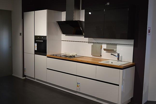 Moderne, grifflose Küchenzeile von Schüller in Kristallweiß Hochglanz