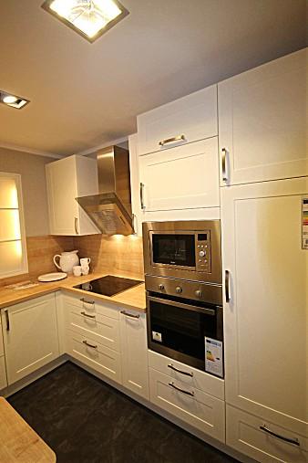 Hausmarke Lotus Weiß Matt Mit Bali Eiche Cornwall Und Arbeitsplatte Eiche  Cornwall Repro Gemütliche Küche Mit Glastresen Für Kleinen Raum