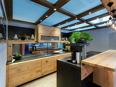 Moderne und freundliche Holzküche