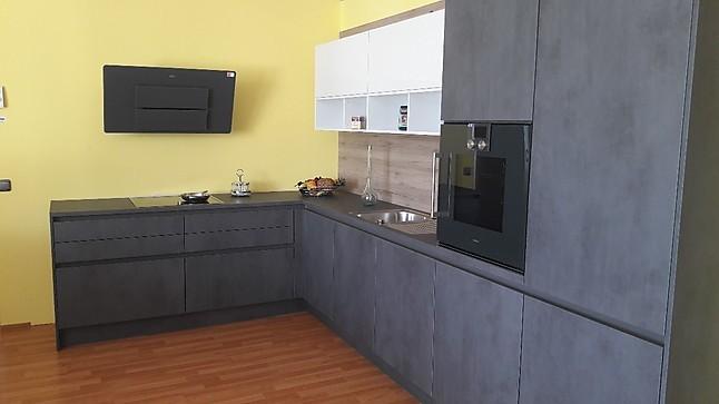 leicht musterk che moderne grifflose k che in l form ausstellungsk che in hof von k chenstudio. Black Bedroom Furniture Sets. Home Design Ideas