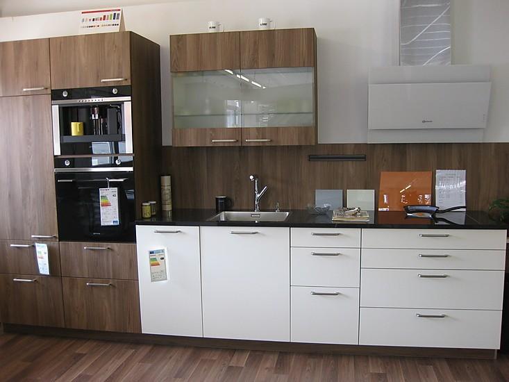 Häcker Musterküche moderne Küchenzeile Nussbaum Holznachbildung weiß Mattlack mit