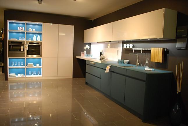 leicht musterk che moderne designerk che mit farbkombination ausstellungsk che in wolfsburg von. Black Bedroom Furniture Sets. Home Design Ideas