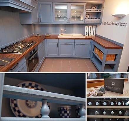 Landhausküche blau mit Rahmenfront und Holz kombiniert im Küchenhaus Wolfach