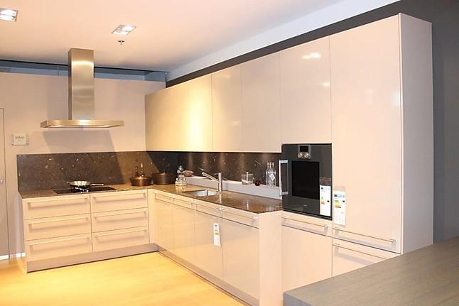 siematic musterk che gl nzende fronten in achatgrau mit kalksteinarbeitsplatte fossil brown. Black Bedroom Furniture Sets. Home Design Ideas