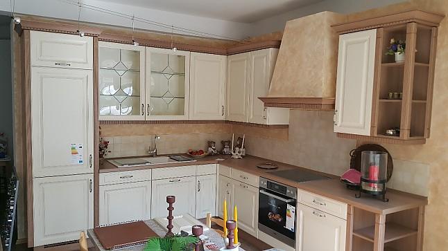 Wohnzimmer und Kamin beige küche hochglanz : Nobilia-Musterku00fcche Klassische Landhausku00fcche Castello ...