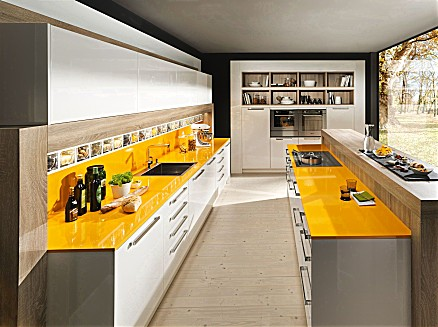 Zweizeilige Küche mit gelber Arbeitsplatte