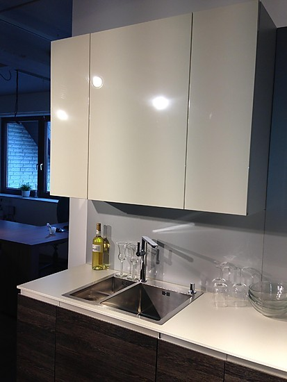 rational musterk che rational atmos grifflos lackfronten magnolia mit wenge decor dunkel. Black Bedroom Furniture Sets. Home Design Ideas