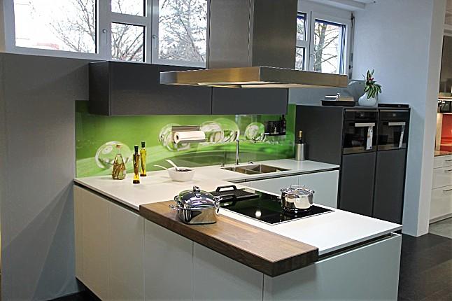 Häcker-Musterküche L-Küche: Ausstellungsküche in München von Küchenstudio Schaaf