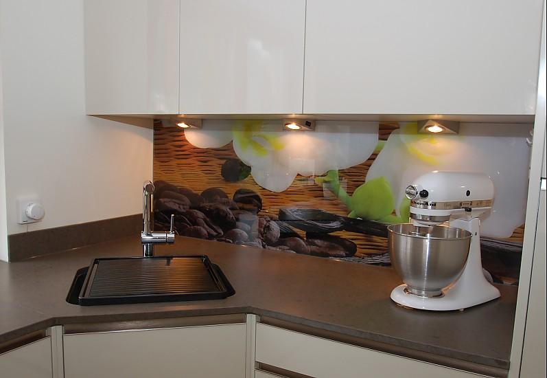 individuell bedruckte glasr ckwand kunststein und grifflose k chenfront k che von familie s. Black Bedroom Furniture Sets. Home Design Ideas