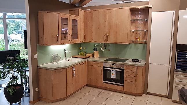 Häcker musterküche l küche in holzdekor und mit corian arbeitsplatte