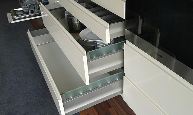 h cker musterk che hochwertige grifflos k che in lack mit dekton arbeitsplatte. Black Bedroom Furniture Sets. Home Design Ideas