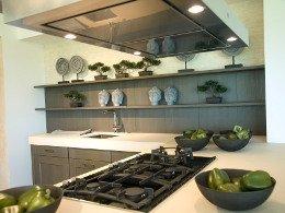 Moderne Landhausküche Holz mit weisser Arbeitsplatte