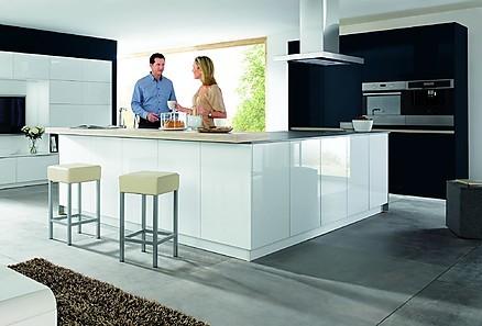 Einbauküche mit weißen grifflosen Hochglanzfronten