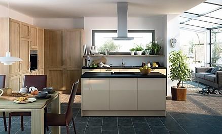 Charmante grifflose Küche mit Kochnsel von KÜCHEN AT HOME