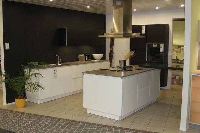 pronorm-musterküche moderne grifflose küche mit hochglanzfront