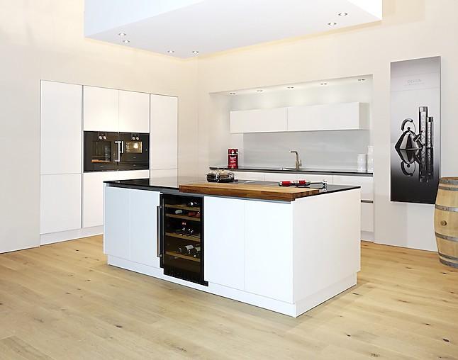 sch ller musterk che unbenutzte berragend ausgestattete musterk che in wei hochglanz mit. Black Bedroom Furniture Sets. Home Design Ideas