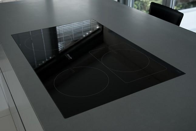 eggersmann musterk che grifflose kochinsel kunststeinfronten miele induktionskochfeld. Black Bedroom Furniture Sets. Home Design Ideas