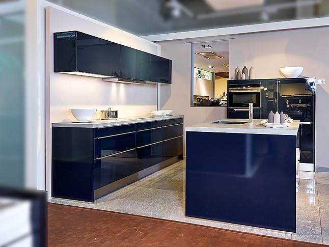 sch ller musterk che moderne inselk che in indigoblau ausstellungsk che in nordhorn von. Black Bedroom Furniture Sets. Home Design Ideas