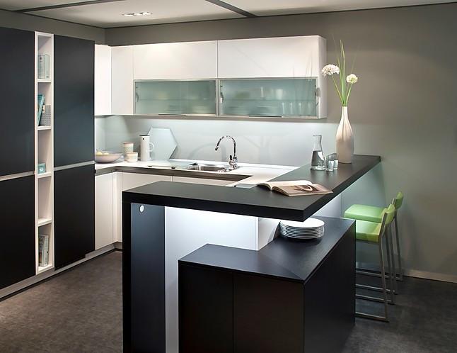 leicht musterk che moderne leicht einbauk che mit bartresen ausstellungsk che in hamburg von. Black Bedroom Furniture Sets. Home Design Ideas